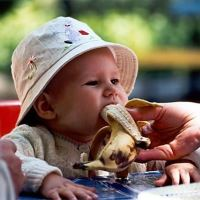 малыш с бананом