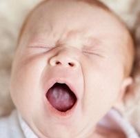 малыш зевает