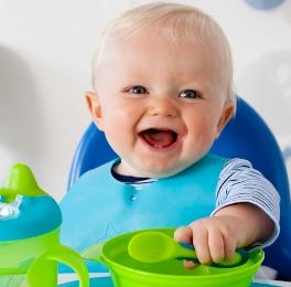 новорожденный ребенок кушает