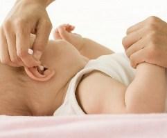 чистим ушки малышу