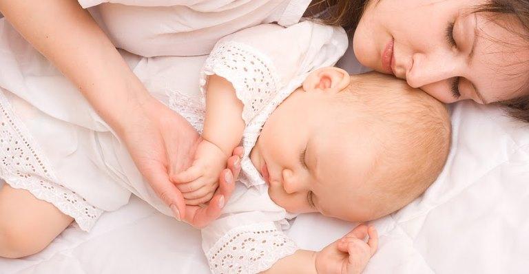 мама и малыш спят
