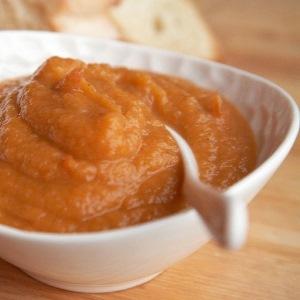 Добавление в блюдо моркови и картофеля