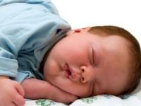 Почему грудничок выгибает спину или запрокидывает голову назад во сне или на руках? Стоит ли волноваться?