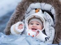 Когда можно выходить гулять с новорожденным на улицу? Как одевать малыша во время прогулки летом и зимой?
