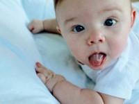 Почему новорожденный срыгивает фонтаном? Может ли это представлять какую-либо опасность?