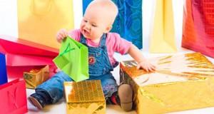малыш с подарками