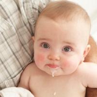 почему новорожденный срыгивает