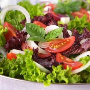в большом количестве свежие овощи, фрукты без термической обработки