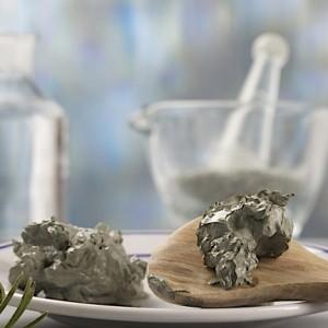 смесь из косметической глины и жидкого меда